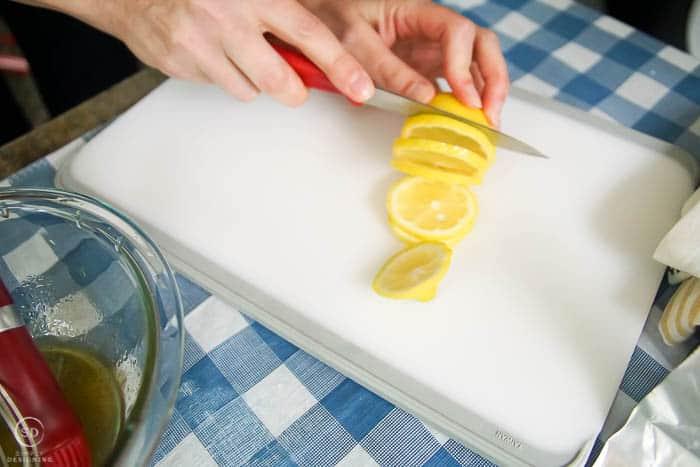 cut lemons in thin slices