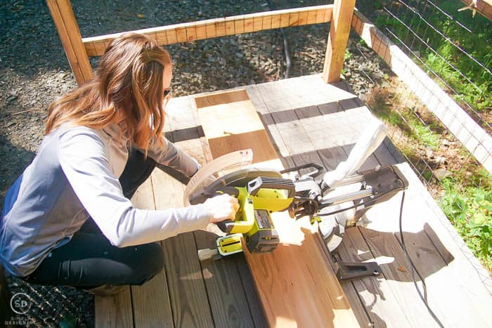 cut wood with miter saw